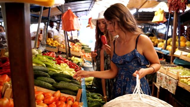 stockvideo's en b-roll-footage met het kopen van vers fruit en groenten op marktplaats - vakbond