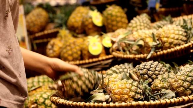 店で果物を購入