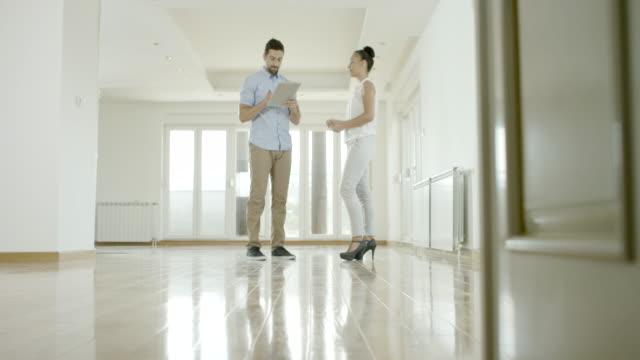 stockvideo's en b-roll-footage met het kopen van nieuwe flat - onroerend goed