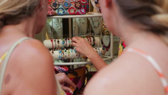 kauf von souvenirs in volterra - toskana stock-videos und b-roll-filmmaterial