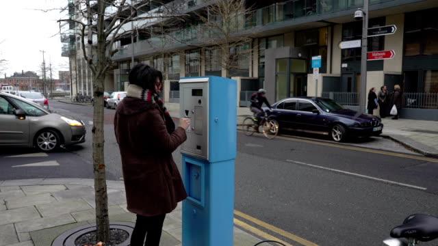 vídeos de stock e filmes b-roll de comprar bilhete de estacionamento de carros - parking