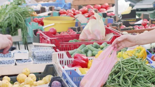 vidéos et rushes de l'achat de légumes - étal de marché