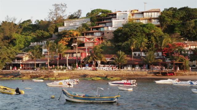 vídeos de stock, filmes e b-roll de ms buzios seafront and av jose bento ribeiro dantas / buzios, brazil - calçada