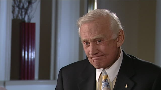 stockvideo's en b-roll-footage met buzz aldrin saying that nasa tried to 'move on in some way' after the columbia shuttle accident - ruimte exploratie
