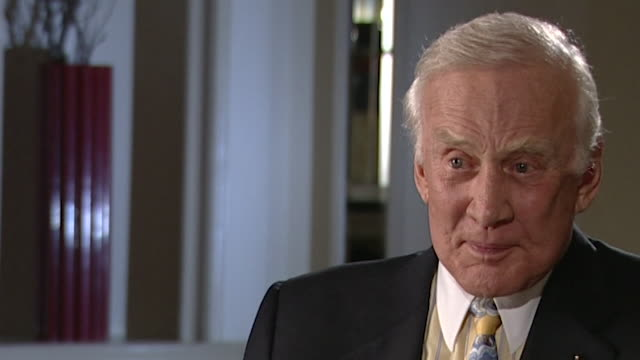 stockvideo's en b-roll-footage met buzz aldrin states that 'creatures from the earth' inhabiting distant planets is 'far more a big deal' than john f kennedy saying the us will compete... - ruimte exploratie