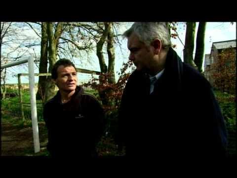 by eamonn holmes on families being hit by recession. vt includes profile of the mchugh family including interviews at their north wales home. vt also... - エイモン ホームズ点の映像素材/bロール