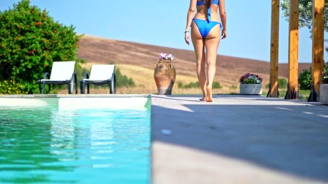 vidéos et rushes de au bord de la piscine - lunette soleil