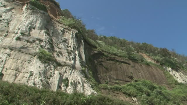 byobugaura cliffs on kujukuri beach, chiba, japan - klippe stock-videos und b-roll-filmmaterial