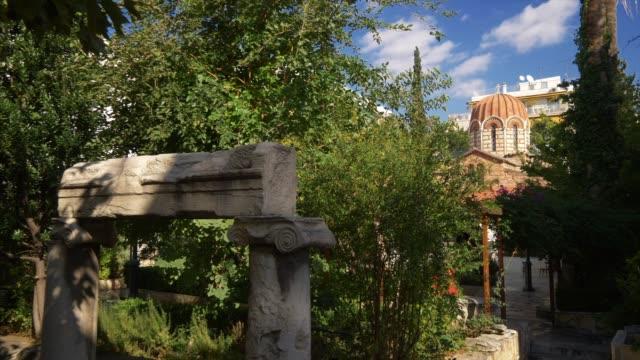 vídeos de stock e filmes b-roll de byzantine orthodox church dome and garden in plaka, athens, greece - terreno