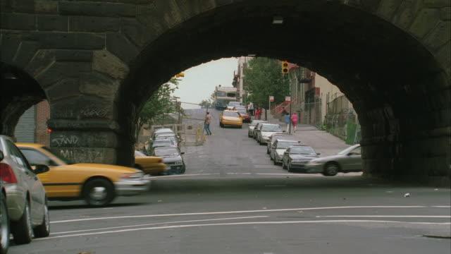 vídeos de stock e filmes b-roll de ws cab and motor home speeding through intersection nearly hitting other vehicles / new york city, new york, usa - táxi amarelo