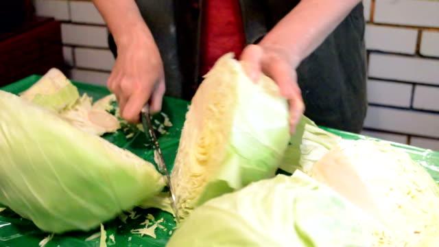 Kool snijden met een mes voor salade