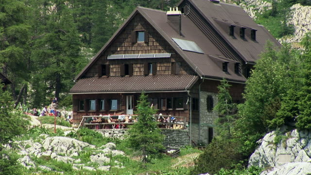 zo, ws, cabin by lake, triglav lakes valley, triglav national park, gorenjska, slovenia - capanna di legno video stock e b–roll