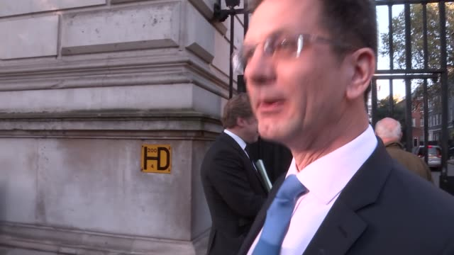 cabinet arrivals at downing street gates england london whitehall ext gavin williamson mp arriving / iain duncan smith mp marcus fysh mp owen... - オーウェン・パターソン点の映像素材/bロール