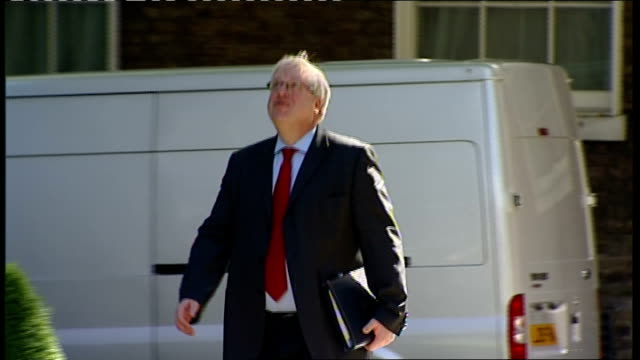 stockvideo's en b-roll-footage met cabinet arrivals / coalition anniversary cake england london downing street ext michael gove mp arriving / michael moore mp arriving / george young... - william hague