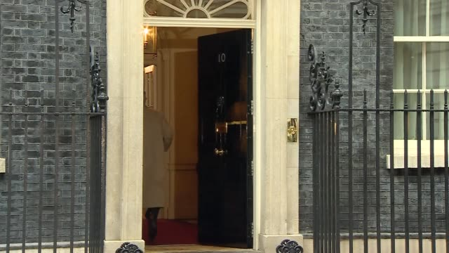 vídeos y material grabado en eventos de stock de london downing street ext amber rudd mp arriving / sir geoffrey cox mp arriving / gavin williamson mp arriving / stephen barclay mp arriving at... - amber smith