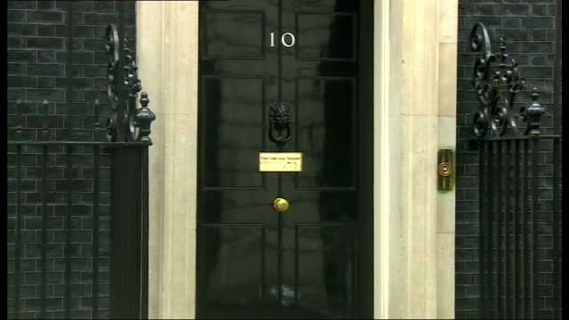 stockvideo's en b-roll-footage met london ext unidentified man along / andrew lansley mp and sir george young along to number 10 / lord hill arriving in car / william hague mp along /... - william hague