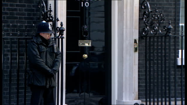 cabinet arrivals; england: london: ext/snow on ground lord mandelson arrives - very slowly jack straw mp arrives douglas alexander mp arrives - peter snow stock-videos und b-roll-filmmaterial