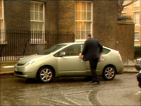 cabinet arrivals in snow hilary benn mp out of car and into number 10 - hilary benn stock-videos und b-roll-filmmaterial