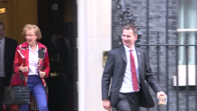 london downing street ext sir alan duncan mp arriving at number 10 / cabinet departures liz truss mp departing number 10 / jeremy hunt mp andrea... - alan duncan stock-videos und b-roll-filmmaterial