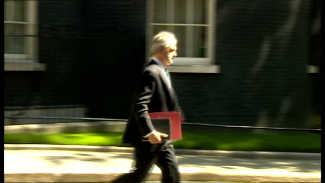 arrivals and departures number 10 door and more departures including george osborne mp / prime minister david cameron from number 10 to car / larry... - david cameron politiker stock-videos und b-roll-filmmaterial