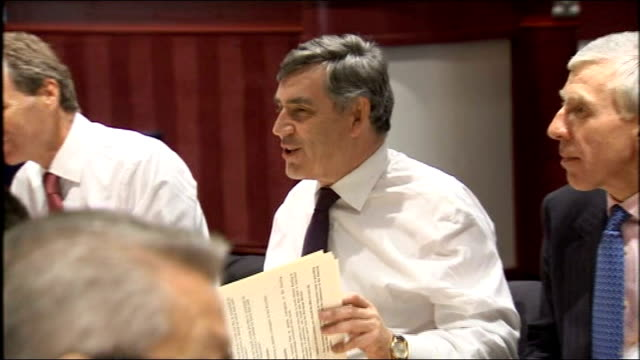 vídeos de stock e filmes b-roll de cabinet meeting in birmingham; england: midlands: birmingham: int * * beware flash photography * * gordon brown mp seated round table at meeting with... - prime minister