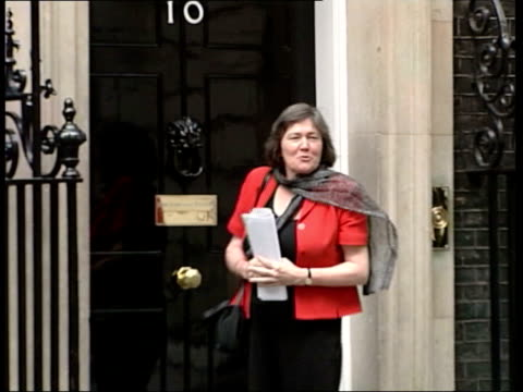cabinet meeting; itn england: london: downing street: ext clare short mp along to no.10 as arriving for cabinet meeting press outside no.10 short... - gordon brown stock-videos und b-roll-filmmaterial