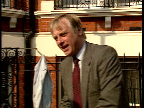 vídeos de stock, filmes e b-roll de 01 ext england london downing street norman lamont walks from no 10 gets into car is driven off earl of caithness walks from car into no 11 england... - doe