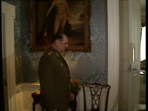 prime minister margaret thatcher and soviet armed forces minister dmitri yazov posing for press: ext no 1 carlton gardens 17:31 'no 1 carlton... - 内閣改造点の映像素材/bロール