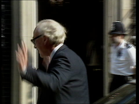 ; a) england: london: no 10 downing st: car draws up and kenneth baker out of car and puts on jacket as into no 10 cms nicholas ridley r-l to bv,... - 内閣改造点の映像素材/bロール
