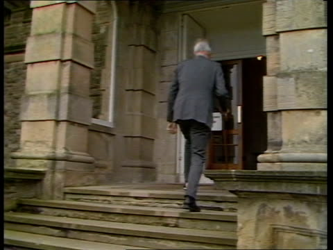 cabinet reshuffle; cabinet reshuffle; england livespot studio ulster belfast stormont tms car arrives towards and douglas hurd l-r to bv up stairs... - 内閣改造点の映像素材/bロール