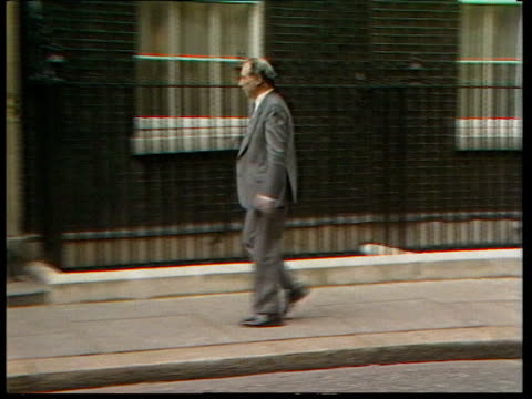 cabinet reshuffle; cabinet reshuffle; livespot england london downing st tom king mp out of car and r-l into no.10 bv patrick jenkin into car peter... - 内閣改造点の映像素材/bロール