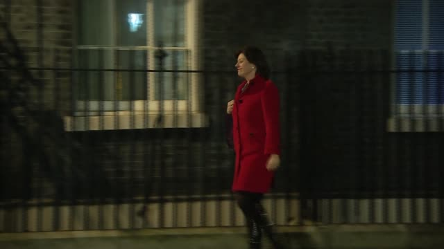 downing street arrivals and departures; esther mcvey mp arriving / alun cairns departs / damian hinds departs / claire perry mp arriving / jeremy... - 内閣改造点の映像素材/bロール