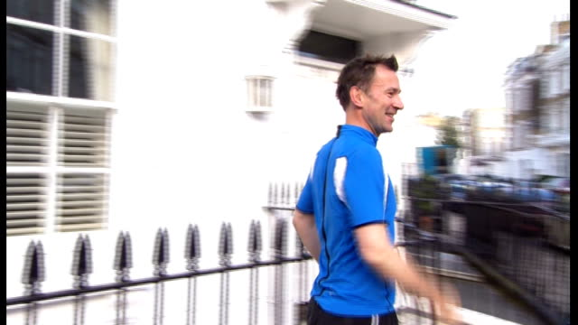 london ext jeremy hunt mp jogging to house as responds to press questions about reshuffle sot the prime minister doesn't contact me when i'm on a run... - 政治家 ジェレミー ハント点の映像素材/bロール