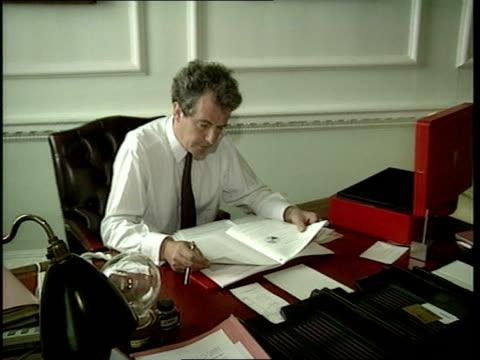 cabinet reshuffle; intseq william waldegrave mp sec desk ) millbank clipreel/ itn tx.20.7.94/nao - 内閣改造点の映像素材/bロール