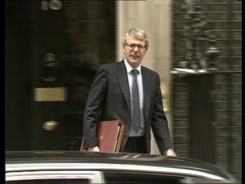 john major profile; itn lib downing st john major through door towards no 10 l-r to bv down street - 内閣改造点の映像素材/bロール