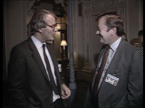 john major profile; itn lib downing st: no 10 pm margaret thatcher & husband denis down steps towards ltn lib brighton major chatting health sec... - 内閣改造点の映像素材/bロール