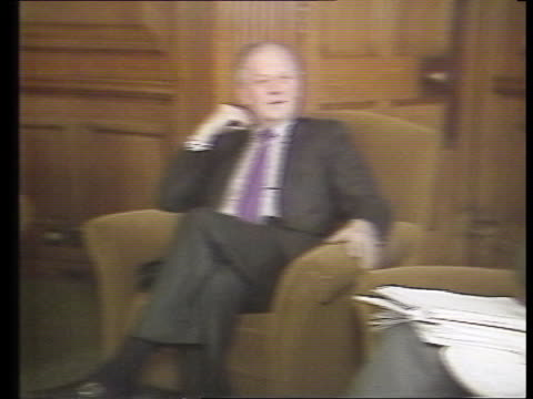 john major profile; itn lib int london: downing street: no 11 cms lawson seated l-r john major cms lawson chatting major & another seated tms meeting - 内閣改造点の映像素材/bロール