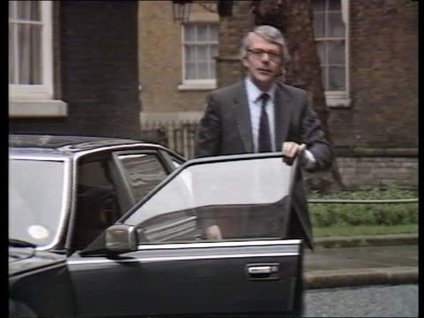 john major profile; itn lib wet downing st: no 10 cms major from car & crosses road - 内閣改造点の映像素材/bロール
