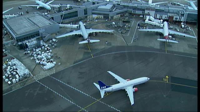cabinet reshuffle; r15010902 / heathrow airport: high angle shots heathrow airport terminal buildings and aircraft - 内閣改造点の映像素材/bロール