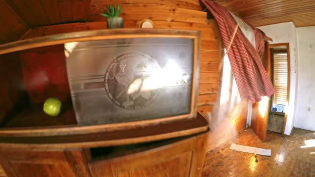 ld a schrank umkippen, wenn der bagger die außenwand des hauses schlägt - abgerissen stock-videos und b-roll-filmmaterial