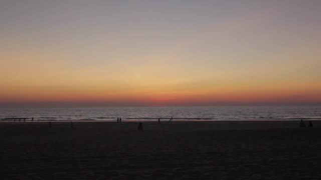 vídeos de stock, filmes e b-roll de cable beach sunset timelapse - cable
