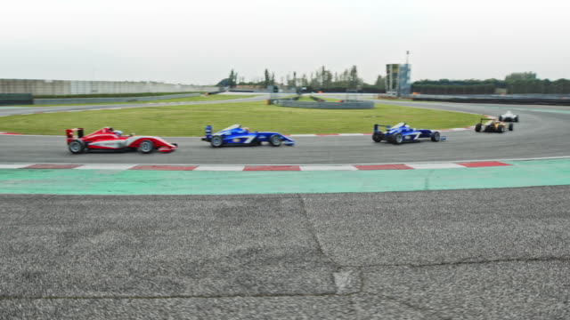 cable cam: formula cars racing on the track - 10 sekunden oder länger stock-videos und b-roll-filmmaterial