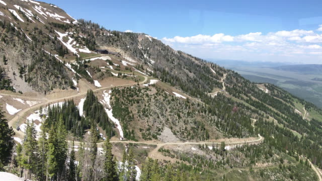 cable car ascending snowcapped mountains - parco nazionale del grand teton video stock e b–roll