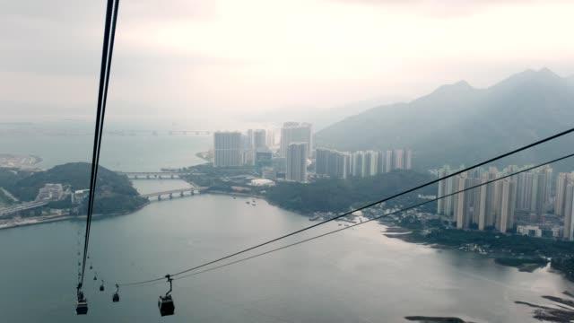 seilbahn kabine umzug auf hong kong island nach ngong ping tempel - 360 grad panorama stock-videos und b-roll-filmmaterial