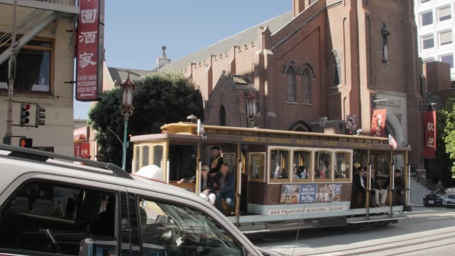 cable car going pass chinatown, san francisco, california, united states of america, north america - tram video stock e b–roll
