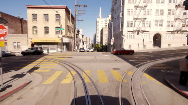 vidéos et rushes de pov cable car in san francisco turning on powell st. in real time - ligne de tramway