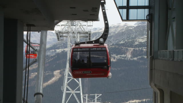 stockvideo's en b-roll-footage met ws cable car leaving whistler station heading for blackcomb / whistler, british columbia, canada   - kabelwagen