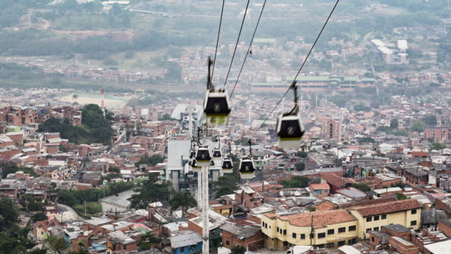 vidéos et rushes de tl, ms cable car mass transportation system in medellin / medellin, colombia - colombie