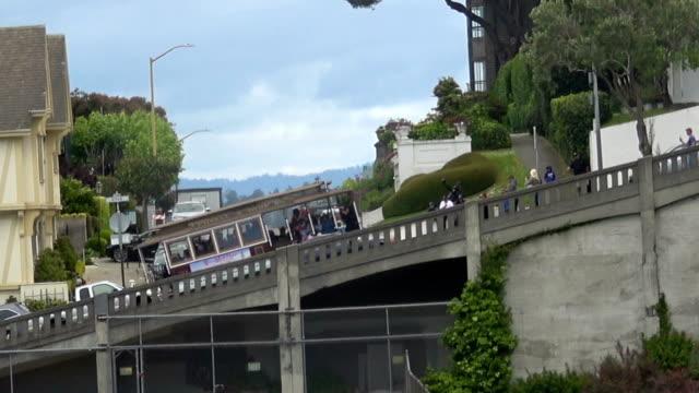 stockvideo's en b-roll-footage met kabelbaan op hyde street - fisherman's wharf san francisco