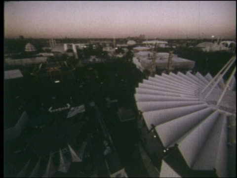 1964 cable car point of view over ny world's fair at twilight - 1964年点の映像素材/bロール